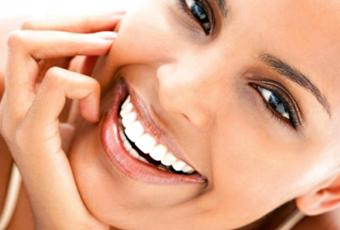 Временное протезирование используется в период изготовления постоянных зубных протезов. Это позволяет восстановить эстетику улыбки, и предохраняет обточенный зуб от попадания пищи при жевании.
