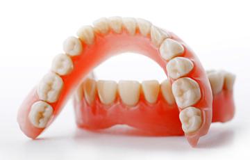 Акриловые (пластиночные) зубные протезы из пластмассы может применяться как при полном так и при частичном отсутствии зубов.