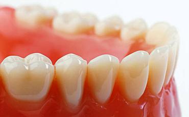 Съемные зубные протезы эстетичны, гигиеничны, удобны, а стоимость их значительно ниже, чем у тех конструкций, которые используются в несъемном протезировании.