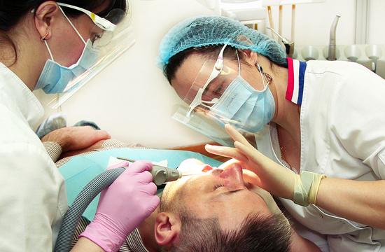 В зависимости от степени разрушения зубной ткани проблема решается следующими способами